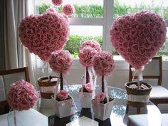 *****Podem ser vendidos separadamente***** na hora de fazer seu pedido favor informar o que deseja, conforme abaixo:  -Coração de rosas num cachepô  valor unitário de cada coração R$ 115,00 - coração com 72 rosas grandes acompanha cachepô, este mede: 15x15 altura total com arranjo 50 cm. -  larg. do coração 30x30  -Topiara M valor unitário de cada arranjo: R$ 22,90 - vão 12 rosas acompanha cachepô MDF mede: 9cm.larg. 30cm.alt.  -Topiara G valor unitário de cada topiara R$ 47,99 - vão 32…