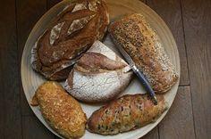 Al consumir pan las personas reciben una fuente importante de hidratos de carbono, hierro, magnesio o potasio.