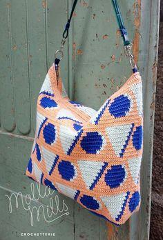 Uusi kuosi! New pattern! Pari vuotta sitten alkanut yhteistyömme Suomen Langan kanssa on tuottanut jo kaksi lankamallistoa. Uusia Molla-kalalankavärejä ovat minttu, persikka ja sinappi, Liina-mallistosta taas löytyy upea sähkönsininen. Suunnittelin uusilla väreillä geometrikuosin, virkkasin sen ja ompelin laukuksi. Tässä on sinulle ohje syksyn makeimpaan pikkulaukkuun. :)