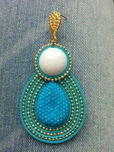 Brinco com fio azul, pedra brilhante azul e pedra branca, corrente de bolinha e pino dourado. R$ 20,00