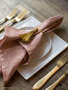 Ronds de serviettes détail pompons. 16 superbes idées de décoration avec des pompons