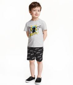 Black/Batman. Set in soft cotton jersey. T-shirt with a printed motif at front. Shorts with elasticized drawstring waistband and side pockets.
