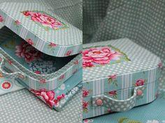 ¿Te gustan las maletas clásicas para decorar tanto como a nosotros? Pues vamos a ver cómo hacer un precioso diseño de cartón.