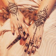 Mehndi art is loved and practiced by women worldwide. Here's an array of traditional mehndi designs from across the world, for all the ladies out there! Henna Tattoo Hand, Henna Tattoos, Henna Ink, Henna Body Art, Tribal Hand Tattoos, Wrist Henna, Wrist Tattoo, Tatoos, Jagua Tattoo