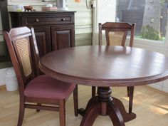Oude stoelen & Tafel met wat nieuwe beits. Nu nog een mooi nieuw stofje voor de bekleding.