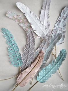 DIY Papierfedern * paper feathers (Ideas and ispirations) Penas de papel DIY Papierfedern * Paper Glue, Diy Paper, Paper Crafting, Paper Art, Cardboard Paper, Feather Crafts, Feather Art, Diy For Kids, Crafts For Kids