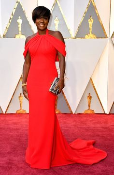 2017 Oscars: Viola Davis is wearing a red cold shoulder Armani Prive gown. What a stunner! Viola is not only a brilliant actress but has amazing style! I love the cold shoulder detail. The dress is simple but the cold shoulder make the outfit.