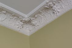 Sovrummats vitmålade tak ramas in av fin stuckatur Ceiling Design, Wainscoting Ideas, Interior Design, Frame, Homes, Inspiration, Home Decor, Nest Design, Picture Frame