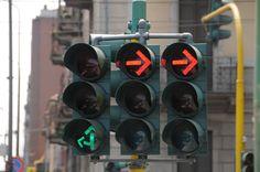 Il Massachusetts Institute of Technology, Boston, ha messo a punto dei semafori intelligenti come arma contro l'effetto serra. Essi infatti regolano il tra