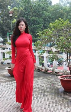 Most Beautiful girls and Sexy Babes!hot women Share the beauty and love. Vietnamese Traditional Dress, Vietnamese Dress, Traditional Dresses, Traditional Wedding, Ao Dai, Red Wedding Dresses, Beautiful Asian Women, Sexy Asian Girls, Looks Style