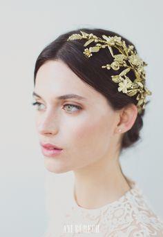 Primtemps – Aniburech #tiara #bridaltiara #bride #tocadosdenovia #tocados #boda #wedding #bridalhair #bridalinspo #hairstyle #bridalmakeup #cherubina #cherubinabrides www.cherubina.com