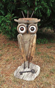 La grande chouette du bois flotté Driftwood Wall Art, Driftwood Crafts, Found Object Art, Found Art, Wood Owls, Owl Pet, Garden Whimsy, Owl Crafts, Rock Decor