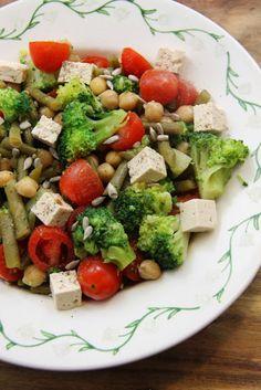 Kuchnia w wersji light: Sałatka z brokułem, fasolką szparagową i ciecierzycą