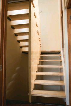 Escalera de madera giro U fabricada e instalada por Escalímetro LTDA Small Staircase, House Staircase, Loft Stairs, Home Stairs Design, Interior Design Living Room, House Design, Wooden Stairs, Attic Remodel, Attic Rooms
