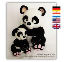 Diese Häkelanleitung beeinhaltet die Beschreibung für den großen Panda, den kleinen Panda und für die Blumenstecker, die gleichzeitig auch als Stifthülsen verwendet werden können. Nach...