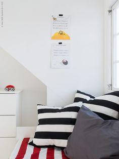 Sidor ur fina barnböcker blir konst på väggen, TARVA byrå har målats vit. VÅRGYLLEN svart/vit randiga kuddfodral. Gästbloggare: Maria Riazzoli.