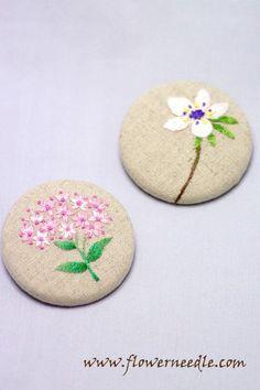 제라늄(주황색꽃)과 변산바람꽃(흰색꽃), 그리고 꿩의 비름(분홍꽃)입니다. 실제 꽃사진과 도안을 비교해보...