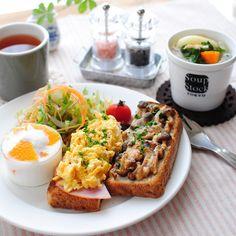 : ハムとスクランブルエッグ、しめじのバター醤油炒めとチーズのトースト、サラダ、野菜スープ、ヨーグルト 〈Toasts(Ham and scrambled egg / stir-fried shimej mushrooms and cheese )/ Salad / Vegetable soup / Yogurt〉 今日のお昼ご飯です。 パンはタカキベーカリーのライ麦トースト。トーストと名が付いてるだけあって本当トーストにぴったり。 : #ランチ #lunch #ワンプレート #おうちごはん #オープンサンド #instafood #foodpic