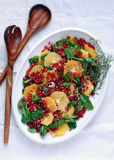 A festive orange, pomegranate, and spinach salad topped with a creamy orange-infused buttermilk dressing.and more salad recipes! Healthy Salads, Healthy Eating, Healthy Recipes, Healthy Food, Healthy Dishes, Simple Recipes, Vegetarian Recipes, Salada Light, Pomegranate Salad
