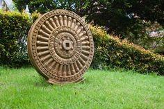 Il fascino archeotipico della ruota a raggi, uno dei più antichi ed universali simboli religiosi e dello scorrere e circolarità del tempo: nella immagine una ruota Maya.