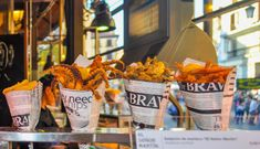 The Mercado de San Miguel is one of Madrid's oldest and most beautiful markets. One can shop for food here, order tapas and even have a. Madrid Food, Coin Market, Love Holidays, Organic Recipes, Wines, Tapas, Healthy Recipes, Healthy Food, Around The Worlds