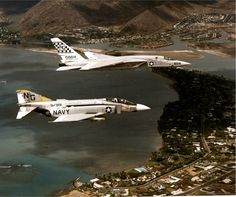 Navy McDonnell Douglas Phantom II aircraft from fighter squadron Silver Kings in flight with a North American Vigilante from heavy reconnaissance squadron Red Checkertails over Oahu, Hawaii (USA), in Us Navy Aircraft, Us Military Aircraft, Military Jets, Military Weapons, Fighter Aircraft, Fighter Jets, Hawaii Tourism, F4 Phantom, Navy Marine