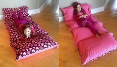 Colchoneta hecha con almohadas y un cobertor
