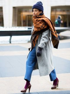 How to wear the tapestry scarf street style trend - accessories, menswear - vogue Fashion Week, Love Fashion, Fashion Outfits, Fashion Trends, Street Fashion, Fashion Ideas, Street Style Trends, Street Style Looks, Street Styles