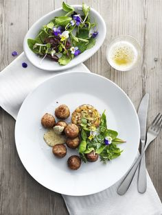 Only natural ingredients: chicken, onion, potato starch, salt and spices. Ikea Meatballs, Sauce A La Creme, Swedish Recipes, Recipe Of The Day, Carne, Good Food, Tasty, Lunch, Meals