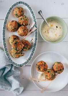 Zelfgemaakte Groenteballetjes van bulgur, doperwtjes, wortel en kikkererwten. Lekker als snack met een aioli dip of met pasta en tomatensaus