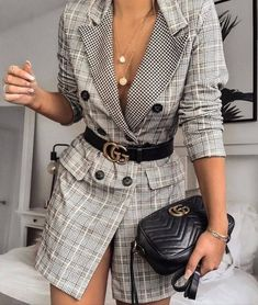 The oversized blazer is the most stylish wardrobe piece in season! Now, it is appropriate for any look hence these 10 ways to style the oversized blazer! Long Blazer, Plaid Blazer, Blazer Outfits, Blazer Dress, Blazer Fashion, Sweater Outfits, Dress Outfits, Fashion Outfits, Sleevless Blazer