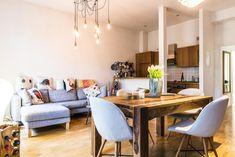 Helles Wohnzimmer In Freundlichen Grau  Und Braun Tönen Mit Offener Küche.  Kissen,