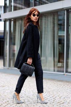 Bei dieser Kombination aus schwarz und weiß zeigt die hübsche Diana wie toll ein monochromer Look aussehen kann. Wir sagen Daumen hoch zu diesem Outfit! http://modepuppen.co/