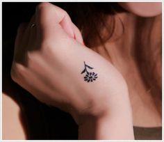 Tatuagem Feminina Pequena e Delicada | Flor na mão