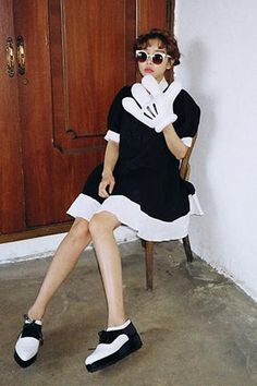 Today's Hot Pick :黑白配色翻領洋裝 http://fashionstylep.com/SFSELFAA0016074/stylenandatw/out 時尚拼色清純洋裝。 搭配簡潔平底鞋,穿起來更可愛俏麗。 - 黑白拼色,經典時尚。 - 燈籠袖荷葉邊,可愛活潑。 清純時尚的拼色洋裝,姐妹們可愛搶眼造型必備款。