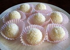 Suaves bombones de coco y limón | Bioguia Birthday Brunch, Some Recipe, Wedding Desserts, Sin Gluten, Cakes And More, Deli, Truffles, Vanilla Cake, A Table
