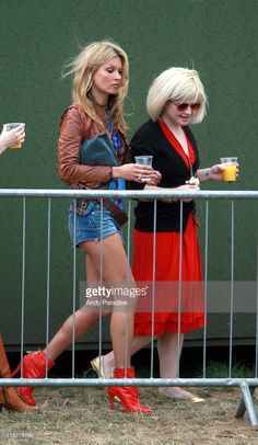 Kate Moss and Kelly Osbourne during O² Wireless Festival 2006 - London - Day 1 - June 2006 at Hyde Park in London, Great Britain. Kelly Osbourne, Serge Gainsbourg, Hyde Park, Ella Moss, Estilo Kate Moss, Moss Fashion, Kate Moss Style, Boho Festival, Color Trends