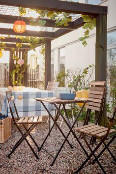 IKEA Deutschland | Es ist Sommer. Der perfekte Zeitpunkt also, viele Aktivitäten ins Freie zu verlegen. Sobald die Entscheidung für den Ort der Party gefallen ist, verwandelst du ihn mit so geringem Aufwand wie möglich in eine tolle Location. #IKEA #Balkon #outdoor #Sonne #Gartenmöbel #Terasse #Garten #Balkon #draußen #essen #party #midsommar #scandi #skandi #scandinavian Ikea Outdoor, Outdoor Tables, Outdoor Decor, Ikea Home, Location, Outdoor Furniture Sets, Pergola, Exterior, Party