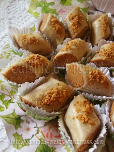 Skandraniettes aux cacahuètes (ghribiyet el warka) - Tee Gebäck - Petit Fours - Arabic Dessert, Arabic Sweets, Arabic Food, Desserts With Biscuits, Cookie Desserts, Cookie Recipes, French Macaroon Recipes, Tunisian Food, Algerian Recipes