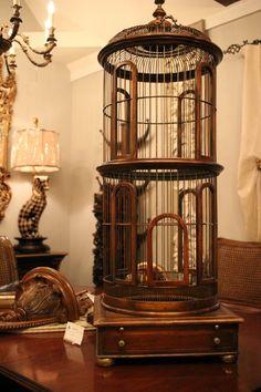La imagen de arriba, birdcage de madera. Es funcionalmente una maravillosa joya perfecta tanto como en realidad es posible mantener un pájaro.