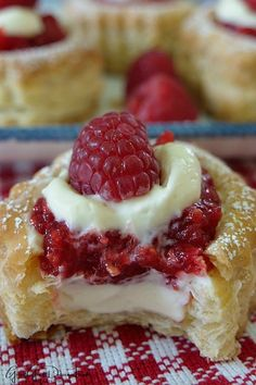 Raspberry Cream Cheese Pastries are filled with homemade raspberry sauce, cream . Raspberry Cream Cheese Pastries are filled with homemade raspberry Fresh Raspberry Recipes, Raspberry Desserts, Raspberry Sauce, Fresh Fruit Desserts, Homemade Desserts, Köstliche Desserts, Dessert Recipes, Homemade Pastries, Breakfast Recipes