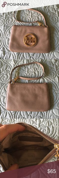 ✨Michael Kors wristlet Fulton ash grey wristlet. Like new. Excellent condition. No stains.. Marks .. Or tears. Hardware still gold. Michael Kors Bags Clutches & Wristlets
