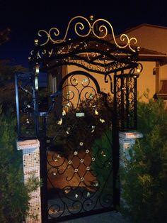 Villa bahçe kapısı ve tacı