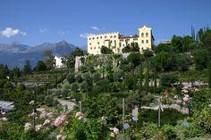 Panorama im Sommer mit Wasser- und Terassengärten   Panorama estivo con Giardini Acquatici e Terrazzati