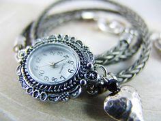 Ein Wickelarmbanduhr aus 8-fach geflochtenem Leder in Grau Metallic - *der Renner in der kommenden Saison! *    Drei Mal wird das Band ums Handgele...