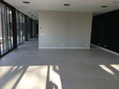 Prachtige beige zand kleur #design Woonbeton# te bekijken in showroom van Berkers vloeren
