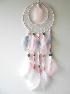 Attrape rêve fait-main rose, gris et blanc de 40 cm de hauteur et 15 cm de largeur.
