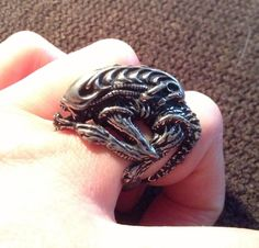 Alien ring is too awesome! Xenomorph, Geek Jewelry, Skull Jewelry, Alien Vs Predator Costume, Alien Origin, Ellen Ripley, Alien Drawings, Alien Covenant, Ring Necklace