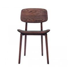 De New York Dining Chair (NY11) bestaat uit een massief eiken frame, met de hand gevormd. De zitting en rugleuning zijn gemaakt van gelamineerd eiken fineer. Afmetingen: b 45.5 cm x d 52 cm x h 78 cm Zit hoogte: 45.5 cm