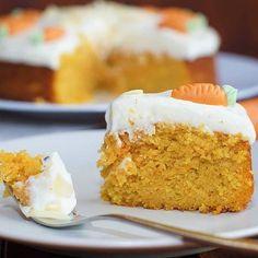 Wer hat alles Lust auf einen unglaublich saftigen Kuchen? Dieser Karottenkuchen mit Frischkäsecreme ist wirklich der Wahnsinn. Saftig. Cremig. Geschmacksintensiv. Lecker! Nachmachen lohnt sich! ☺ Das Rezept findet ihr nun auf meinem Blog. Eure Sarah #l